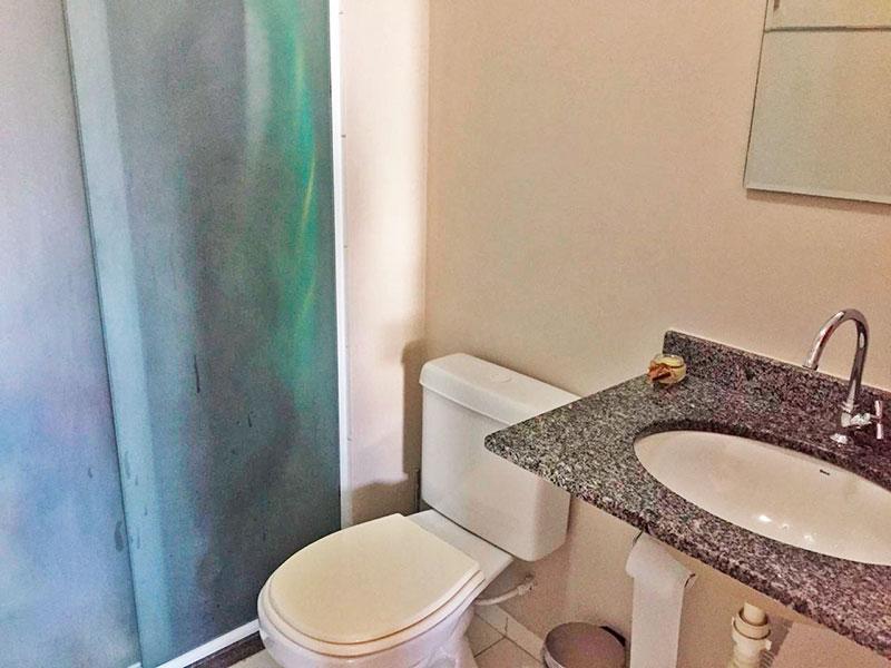 Ipiranga, Apartamento Padrão-Banheiro social com piso de cerâmica, pia de granito e box de vidro.
