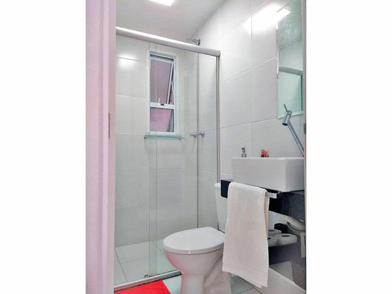 Sacomã, Apartamento Padrão-Banheiro social com piso de cerâmica, pia sobreposta e box de vidro.