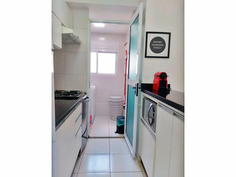 Sacomã, Apartamento Padrão-Cozinha americana, com piso de cerâmica, armários planejados, gabinete, pia de granito e acesso a área de serviço.