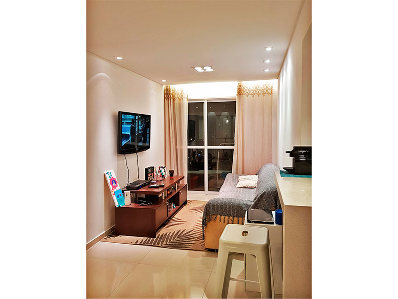 Sacomã, Apartamento Padrão - Sala com piso de porcelanato, teto com sanca, iluminação embutida e acesso a varanda gourmet.