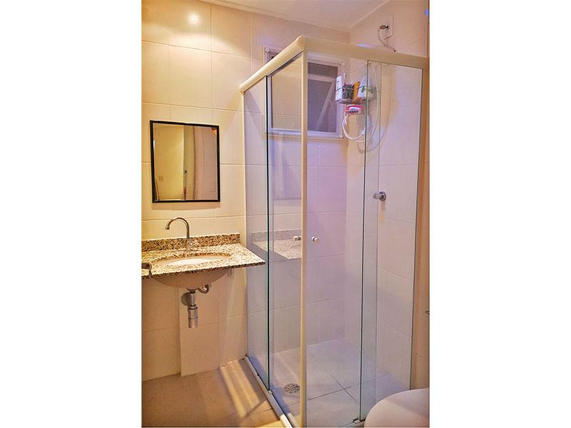 Sacomã, Apartamento Padrão-Banheiro social com piso de cerâmica, teto com moldura de gesso, pia de granito e box de vidro.