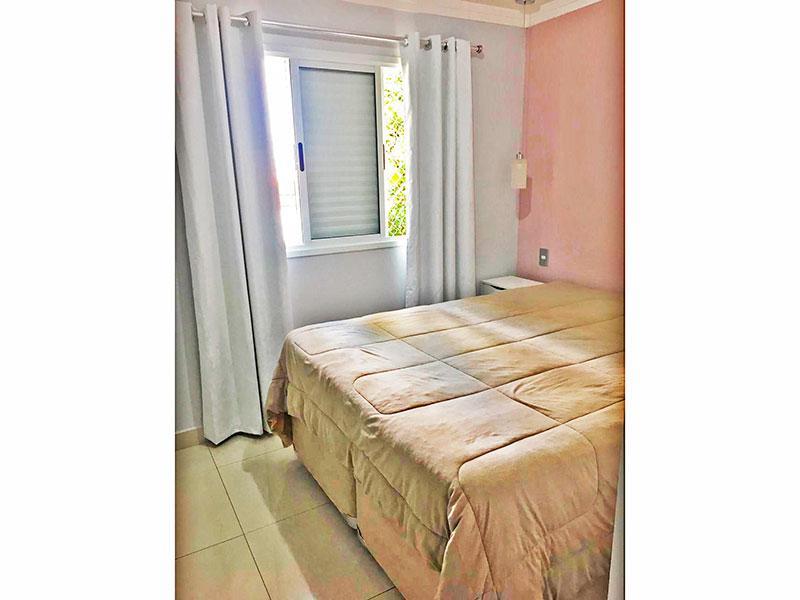 Jabaquara, Apartamento Padrão-1º Quarto com piso de cerâmica e teto com moldura de gesso e armários planejados.