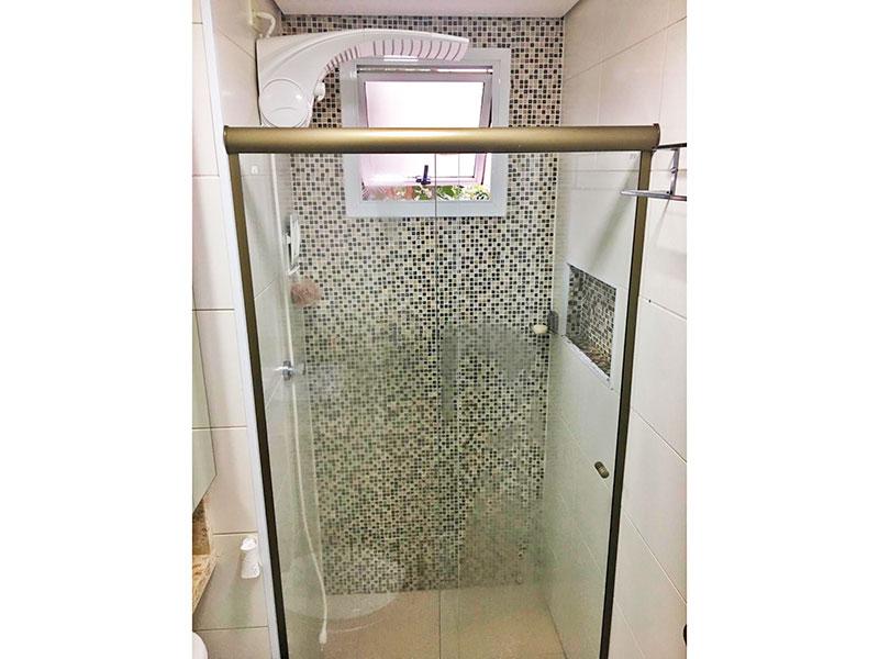 Jabaquara, Apartamento Padrão-Banheiro social com piso de porcelanato, teto com sanca,gabinete, pia sobreposta e box de vidro.