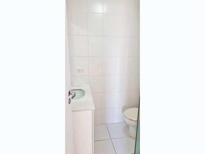 Ipiranga, Apartamento Padrão-Banheiro da suíte com piso de cerâmica, gabinete, pia de mármore e box de vidro.