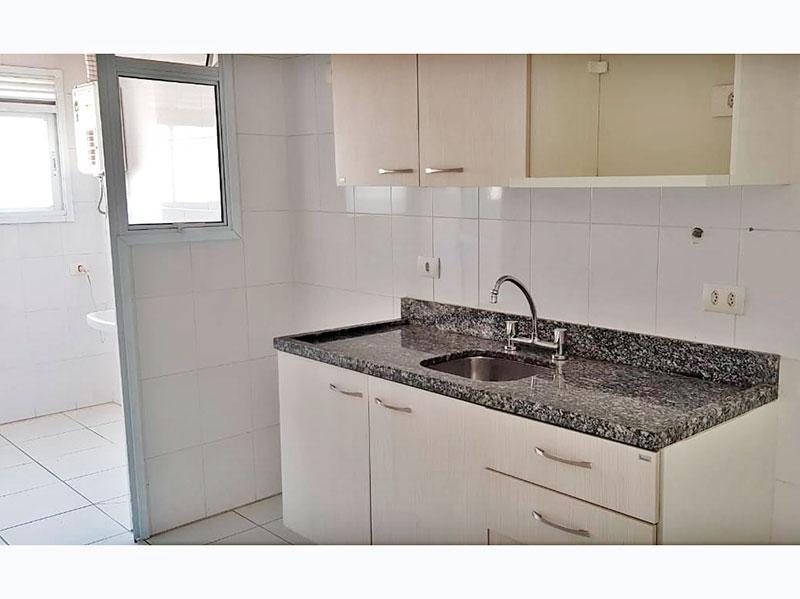 Ipiranga, Apartamento Padrão-Cozinha com piso e cerâmica, teto com moldura de gesso, armários planejados, gabinete, pia de granito e acesso a área de serviço.