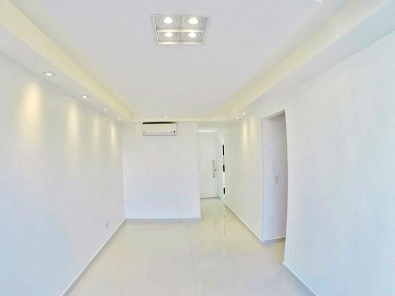 Sacomã, Apartamento Padrão-Sala com piso de porcelanato, teto com sanca de gesso, iluminação embutida e acesso a sacada.