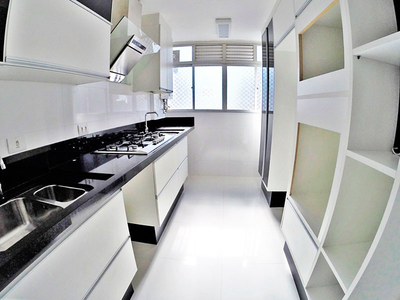Sacomã, Apartamento Padrão-Cozinha integrada com a área de serviço, com piso de porcelanato, armários planejados, gabinete, cooktop e pia de granito.