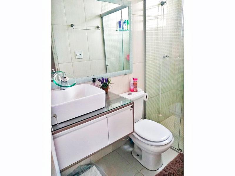 Sacomã, Apartamento Padrão-Banheiro social com piso de cerâmica, gabinete, pia sobreposta e box de vidro.