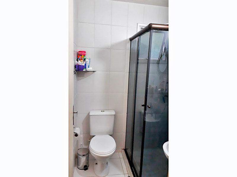Sacomã, Apartamento Garden-Banheiro social com piso de cerâmica, pia de porcelana e box de vidro.