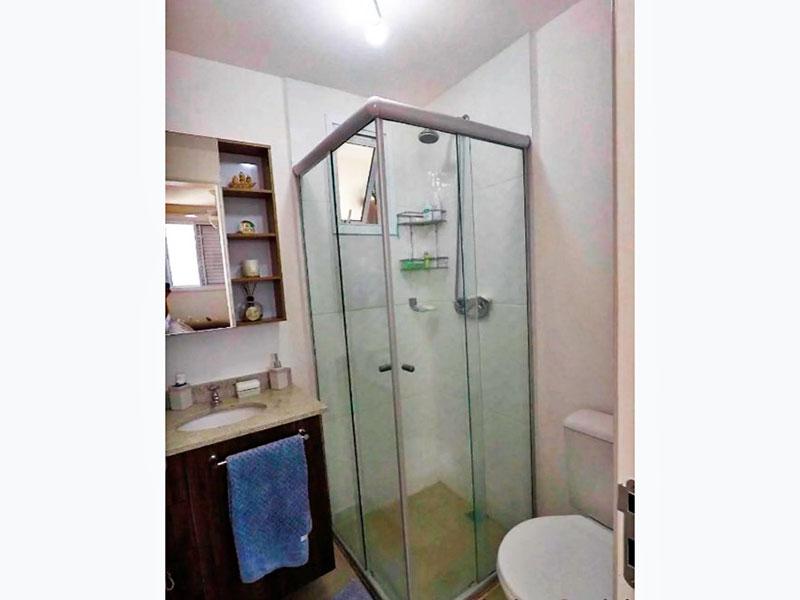 Jabaquara, Apartamento Padrão-Banheiro social com piso de cerâmica, gabinete, pia de mármore e box de vidro.