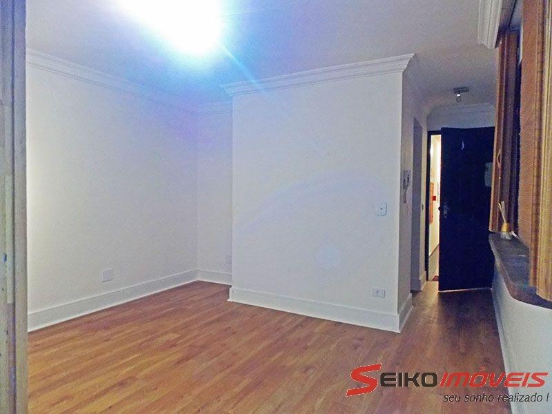Ipiranga, Apartamento Padrão-Sala irregular com piso laminado e teto com moldura de gesso.