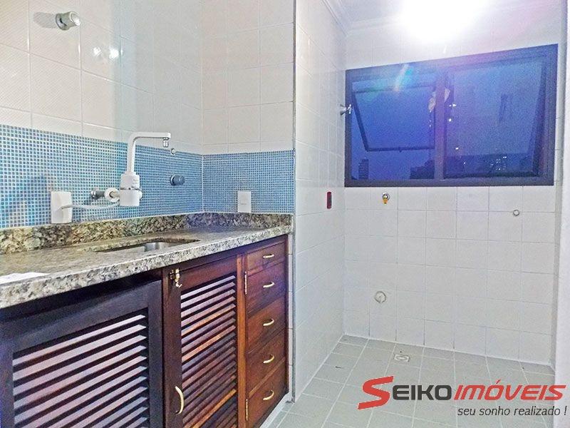 Ipiranga, Apartamento Padrão-Cozinha integrada com a área de serviço, com piso de cerâmica, teto com moldura de gesso, gabinete e pia de granito.