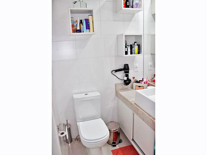 Jabaquara, Studio-Banheiro da suíte com piso de cerâmica, teto com moldura de gesso, gabinete, pia sobreposta e box de vidro.