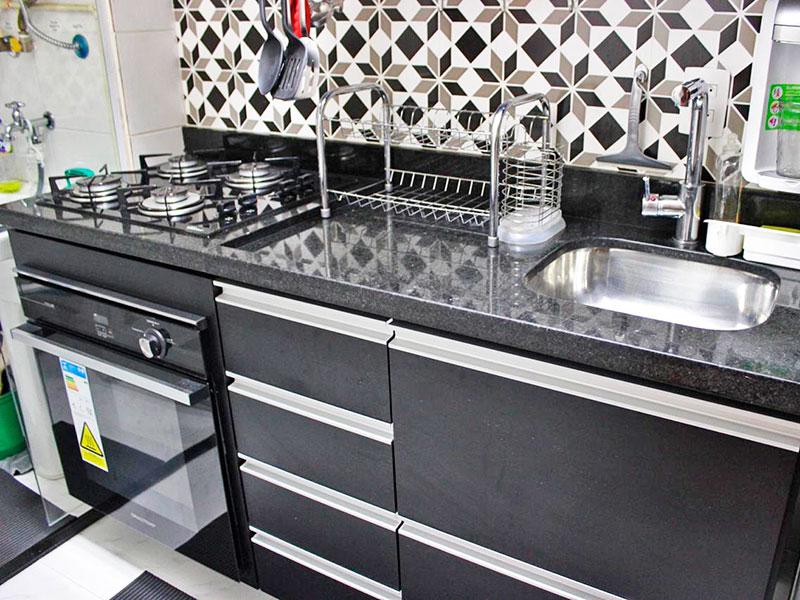 Jabaquara, Studio-Cozinha com piso de cerâmica, teto com sanca, armários planejados, gabinete, cooktop, pia de granito e acesso a área de serviço.