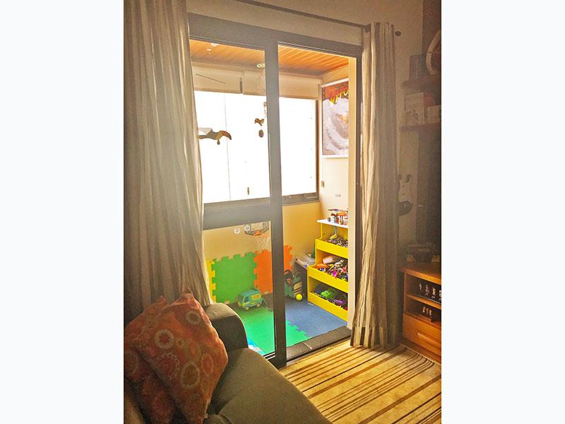 Jabaquara, Apartamento Padrão-Varanda com piso de ardosia, teto de madeira e fechamento de vidro.