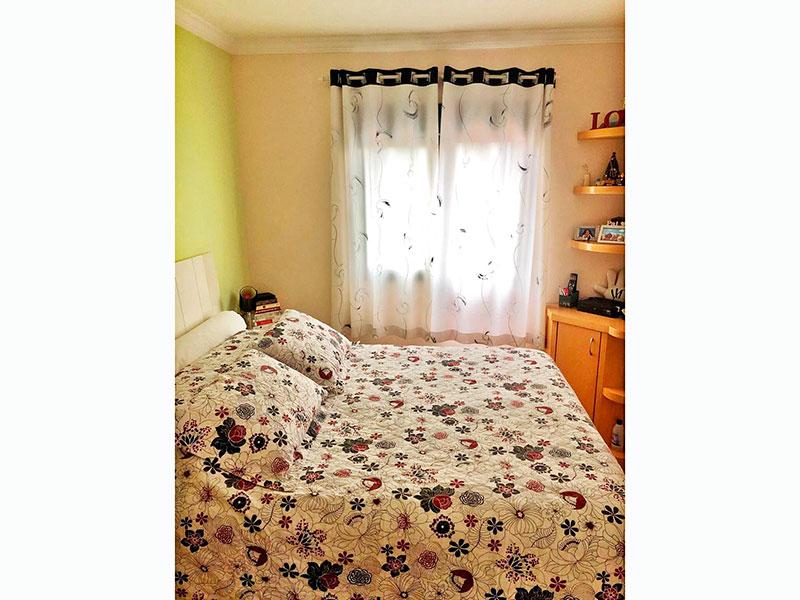 Jabaquara, Apartamento Padrão-Suíte com piso laminado, teto com moldura de gesso e armários planejados.