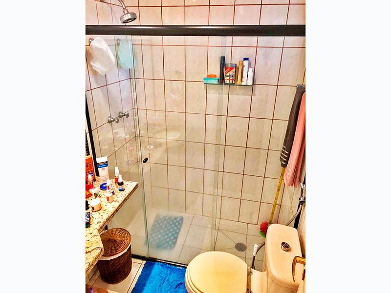 Jabaquara, Apartamento Padrão-Banheiro da suíte com piso de cerâmica, teto com moldura de gesso, pia de granito e box de vidro.