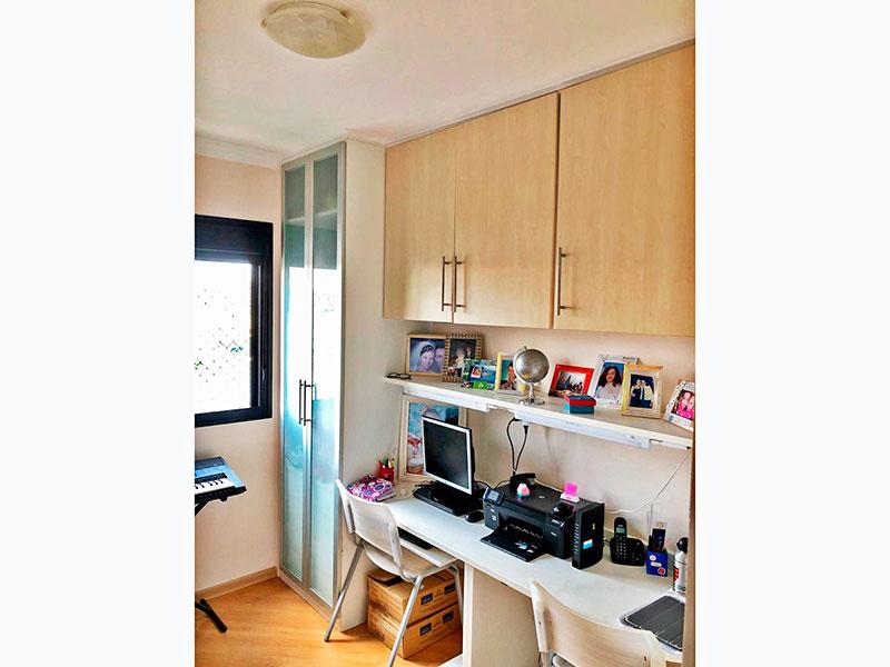 Jabaquara, Apartamento Padrão-3º Quarto com piso laminado, teto com moldura de gesso e armários planejados.