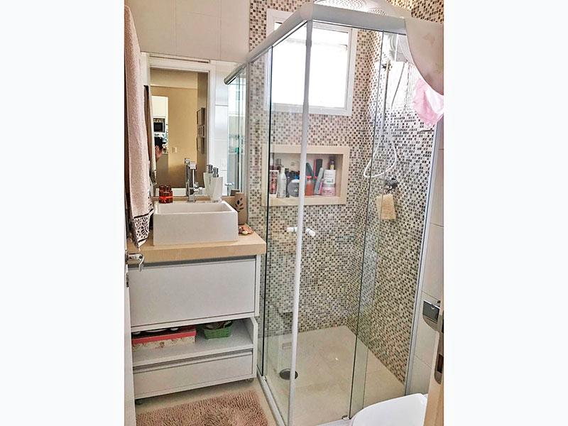 Sacomã, Apartamento Padrão-Banheiro social com piso de porcelanato, gabinete, pia sobreposta e box de vidro.