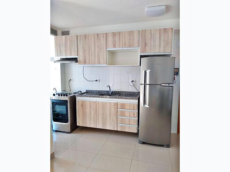 Ipiranga, Apartamento Padrão-Cozinha com piso de porcelanato, gabinete, pia de granito e acesso a área de serviço.