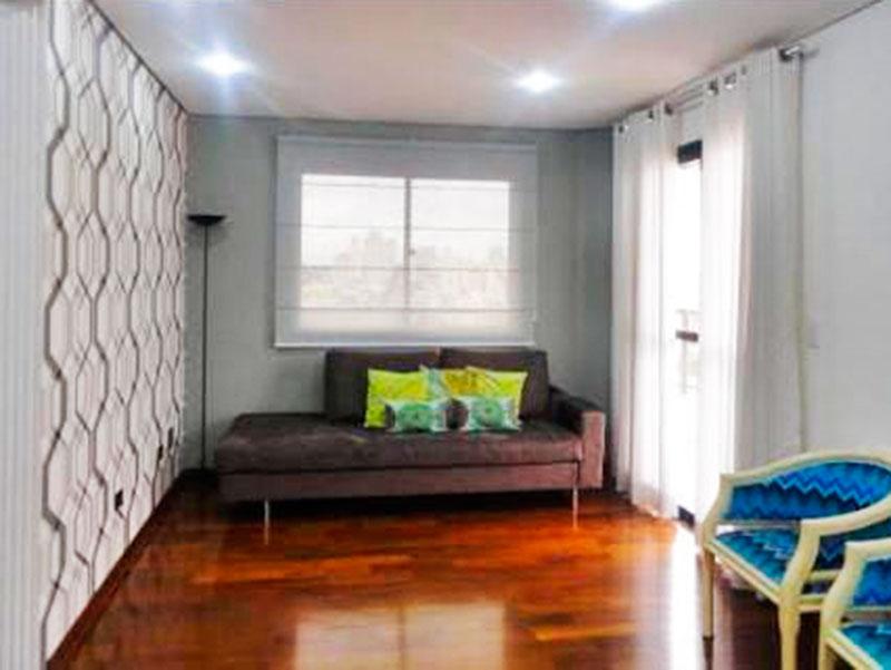 Ipiranga, Cobertura Duplex-Sala no piso superior com piso de taco, teto com sanca, iluminação embutida, acesso ao terraço e ao piso inferior.