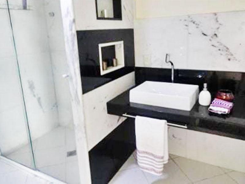 Ipiranga, Cobertura Duplex-Banheiro social com piso de cerâmica, pia sobreposta e box de vidro.