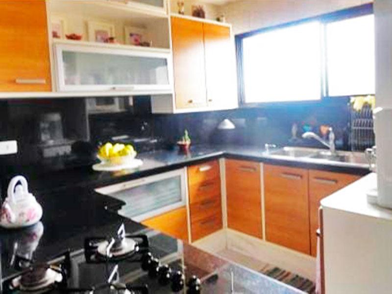 Ipiranga, Cobertura Duplex-Cozinha com piso de cerâmica, armários planejados e embutidos, gabinete, cooktop, pia de granito e acesso a área de serviço.