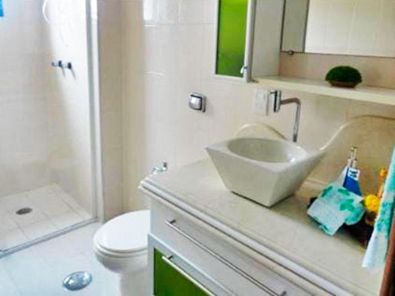 Ipiranga, Cobertura Duplex-Banheiro da área de serviço com piso de cerâmica, gabinete, pia sobreposta e box de vidro.
