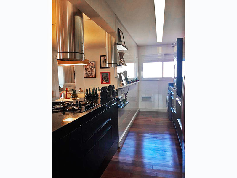 Sacomã, Apartamento Padrão-Cozinha americana integrada com a área de serviço, com piso de taquinho, iluminação embutida, gabinete, cooktop e pia de granito.