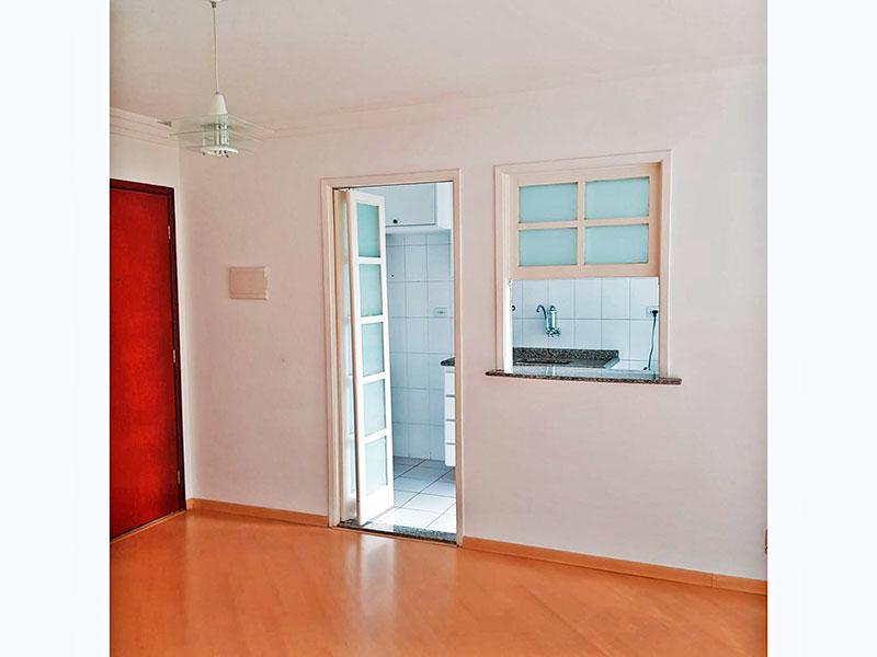 Jabaquara, Apartamento Padrão-Sala irregular com piso laminado, teto com moldura de gesso e acesso a sacada.