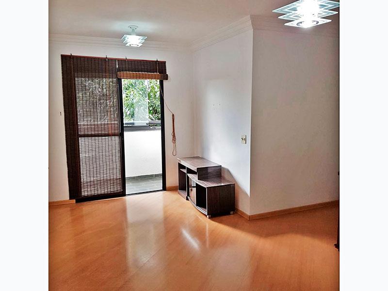 Jabaquara, Apartamento Padrão - Sala irregular com piso laminado, teto com moldura de gesso e acesso a sacada.