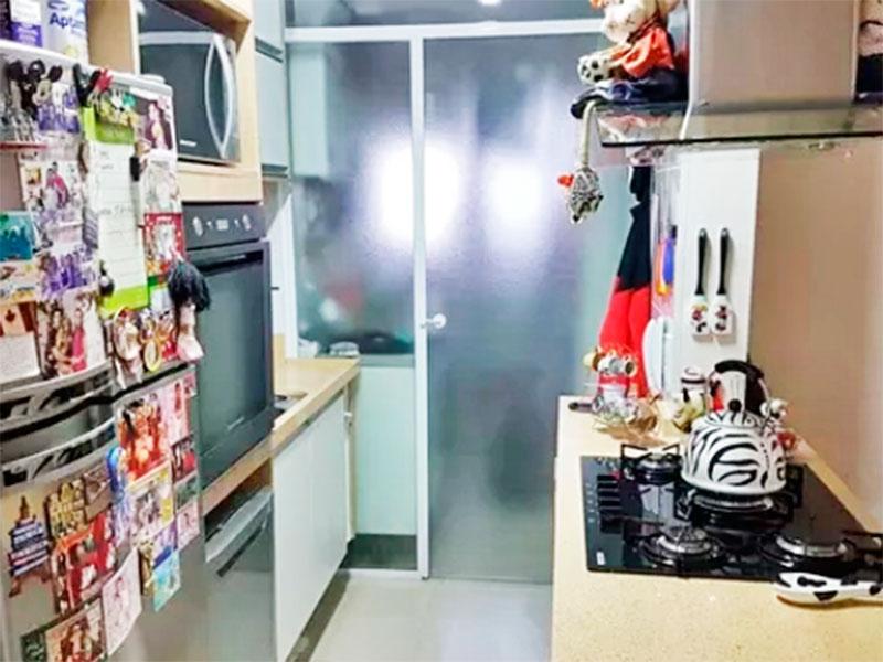 Sacomã, Apartamento Padrão-Cozinha americana com piso de porcelanato, gabinete, cooktop, pia de granito e acesso a área de serviço.