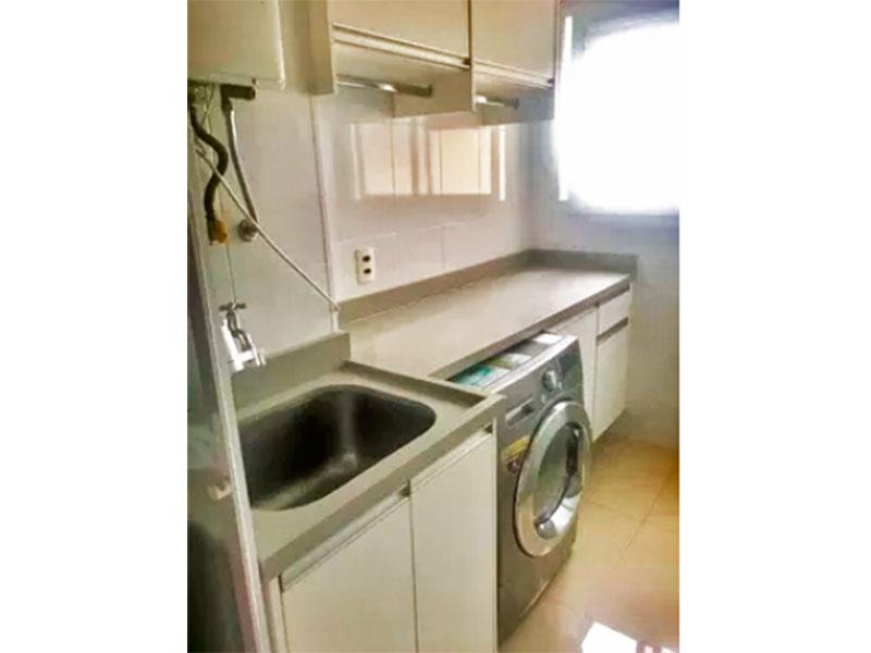 Sacomã, Apartamento Padrão-Área de serviço com piso de porcelanato, armários planejados, gabinete, pia de granito e aquecedor de passagem.