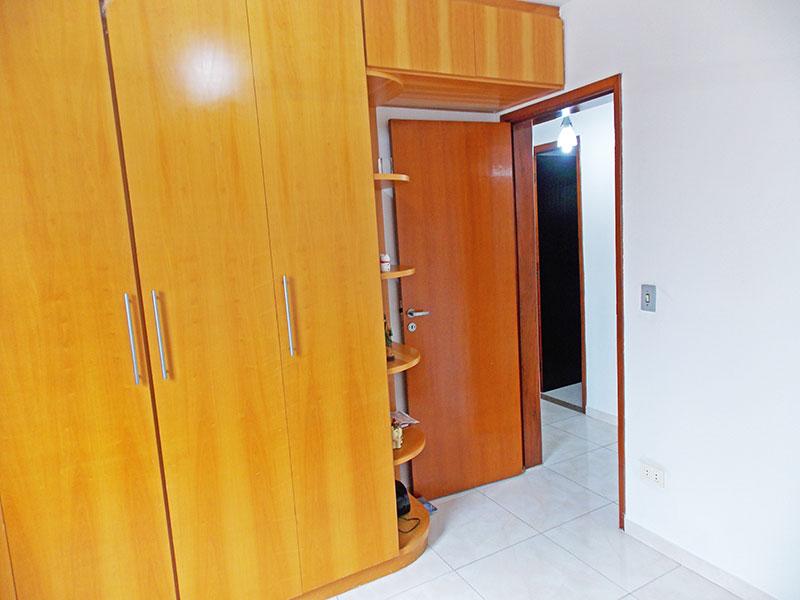 Ipiranga, Apartamento Padrão-3º Quarto com piso de cerâmica, teto com moldura de gesso e armários planejados.