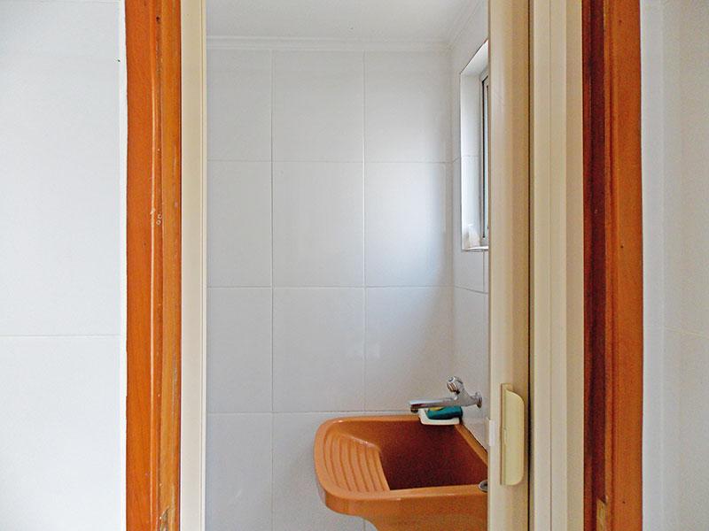 Ipiranga, Apartamento Padrão-Banheiro da área de serviço com piso de cerâmica e teto co moldura de gesso.