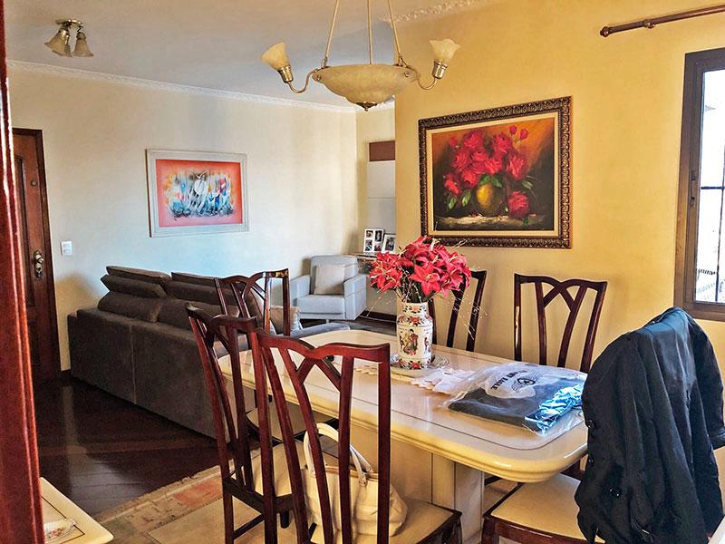 Ipiranga, Apartamento Padrão-Sala em L com piso de madeira, teto com moldura de gesso e acesso a sacada.