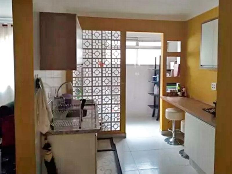 Jabaquara, Apartamento Padrão-Cozinha integrada com a sala, com piso de cerâmica, teto com moldura de gesso, gabinete, pia de aço inox e acesso a área de serviço.