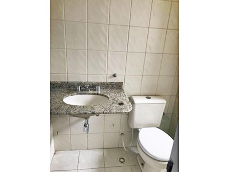 Jabaquara, Apartamento Padrão-Banheiro da suíte com piso de cerâmica, pia de granito e box de vidro.