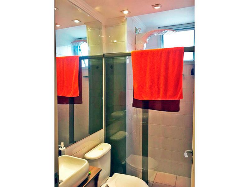 Sacomã, Apartamento Padrão-Banheiro social com piso de cerâmica, teto com moldura de gesso, iluminação embutida, gabinete, pia sobreposta e box de vidro.
