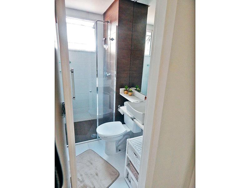 Sacomã, Apartamento Padrão-Banheiro social com piso de cerâmica, teto com sanca, pia sobreposta e box de vidro.