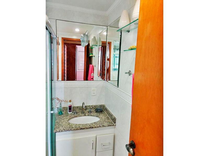 Ipiranga, Apartamento Padrão-Banheiro social com piso de cerâmica, teto com moldura de gesso, iluminação embutida, gabinete, pia de granito, box de vidro e banheira de hidromassagem.