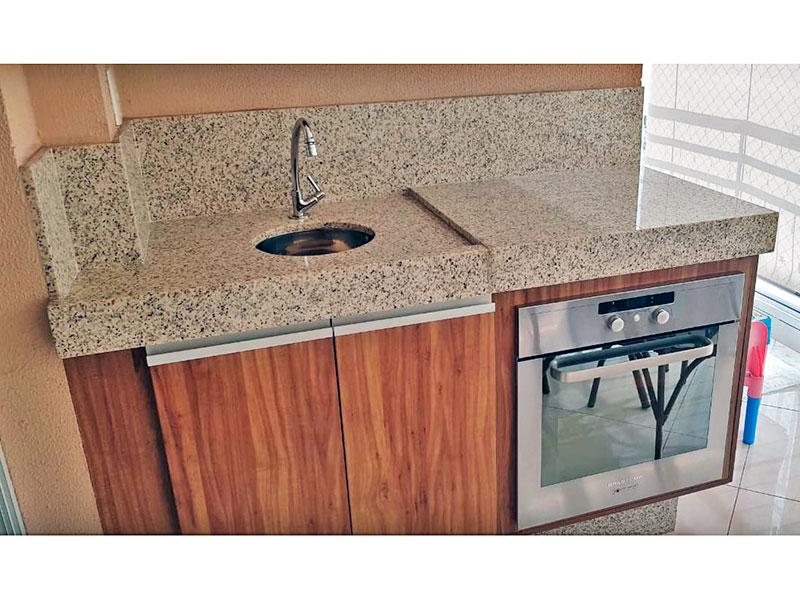 Ipiranga, Apartamento Padrão-Varanda gourmet com piso de porcelanato, gabinete, pia de granito, fechamento de vidro e tela de proteção.