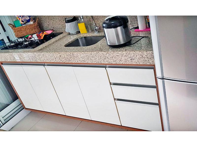 Ipiranga, Apartamento Padrão-Cozinha americana com piso de cerâmica, armários planejados, gabinete, cooktop, pia de granito e acesso a área de serviço.