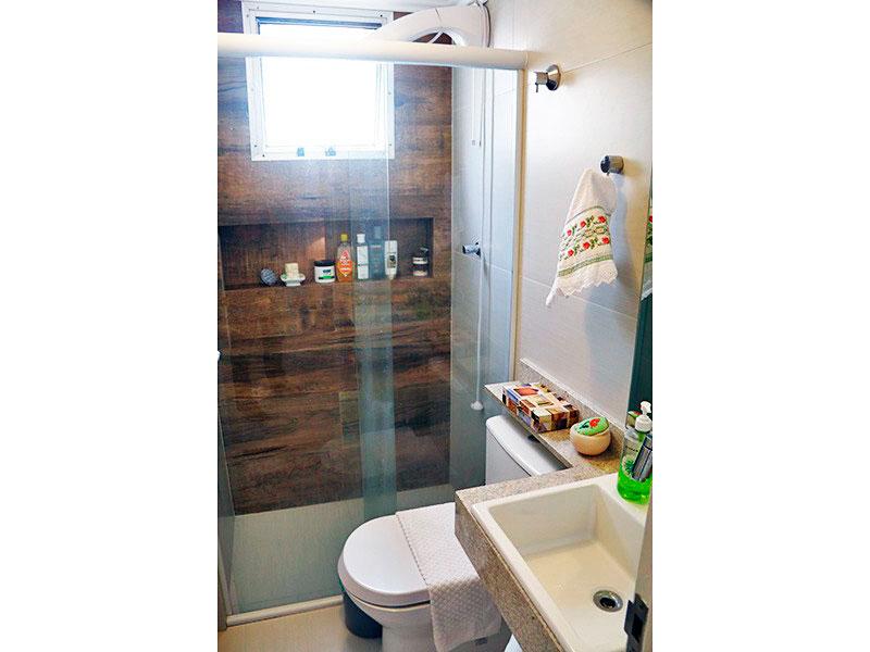 Jabaquara, Apartamento Padrão-Banheiro social com piso de cerâmica, teto com moldura de gesso, pia de mármore e box de vidro.