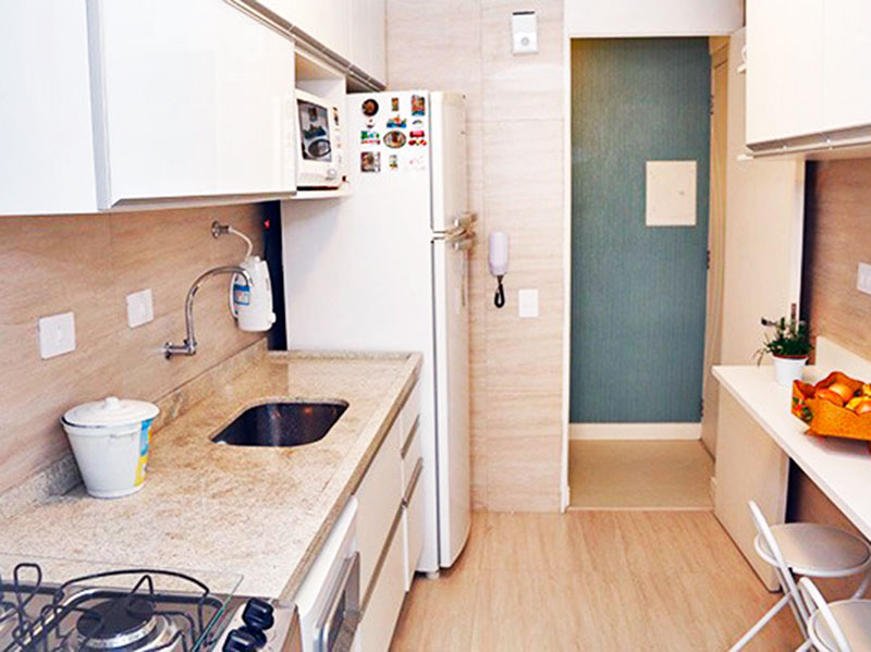 Jabaquara, Apartamento Padrão-Cozinha com piso de cerâmica, teto com moldura de gesso, armários planejados, gabinete, pia de mármore e acesso a área de serviço.