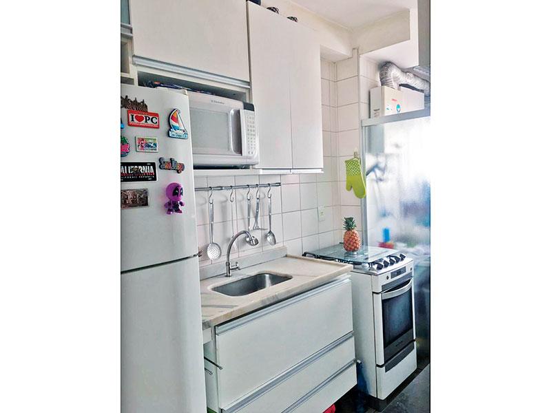 Ipiranga, Apartamento Padrão-Cozinha americana com piso de cerâmica, armários planejados, gabinete, pia de mármore e acesso a área de serviço.