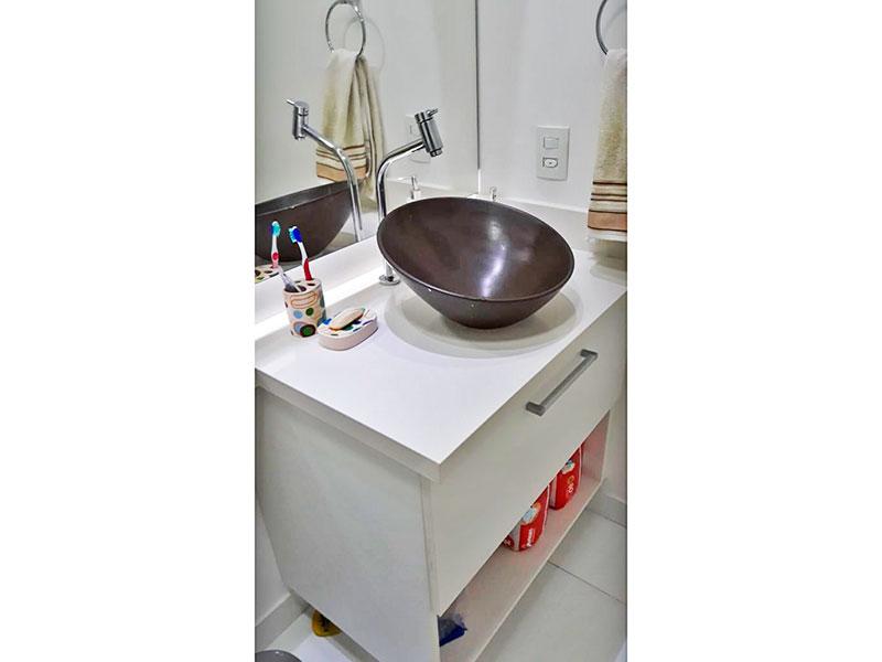 Ipiranga, Apartamento Padrão-Banheiro da suíte com piso de cerâmica, gabinete, pia sobreposta e box de vidro.
