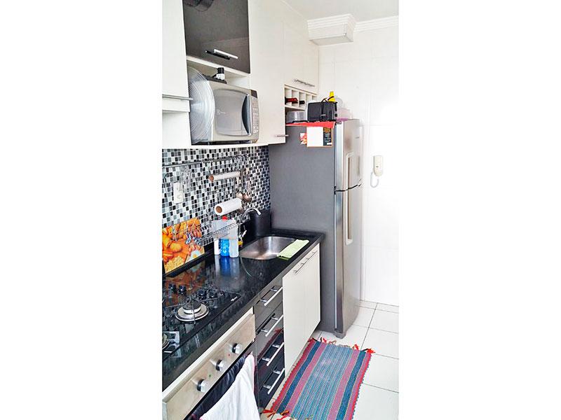 Sacomã, Apartamento Padrão-Cozinha americana integrada com a área de serviço, com piso de cerâmica, teto com moldura de gesso, armários planejados, gabinete, cooktop e pia de granito.