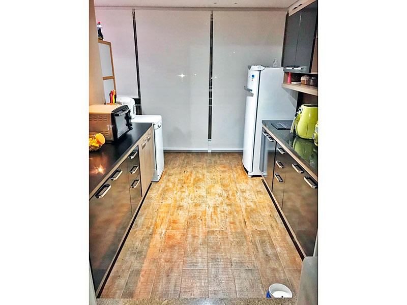 Ipiranga, Apartamento Padrão-Varanda gourmet com piso de madeira, tato com sanca, iluminação embutida, armários planejados, gabinete, pia de granito e fechamento de vidro.