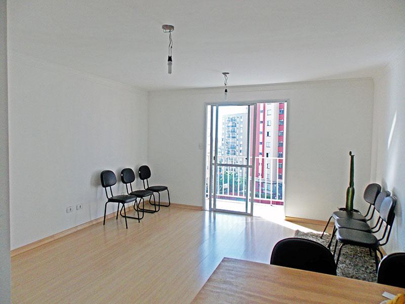 Sacomã, Apartamento Padrão - Sala irregular com piso laminado, teto com moldura de gesso e acesso a varanda gourmet.